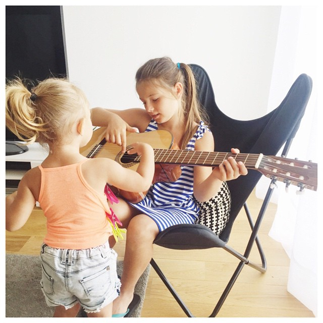 Laura donne les premiers cours de guitare  sa petitehellip