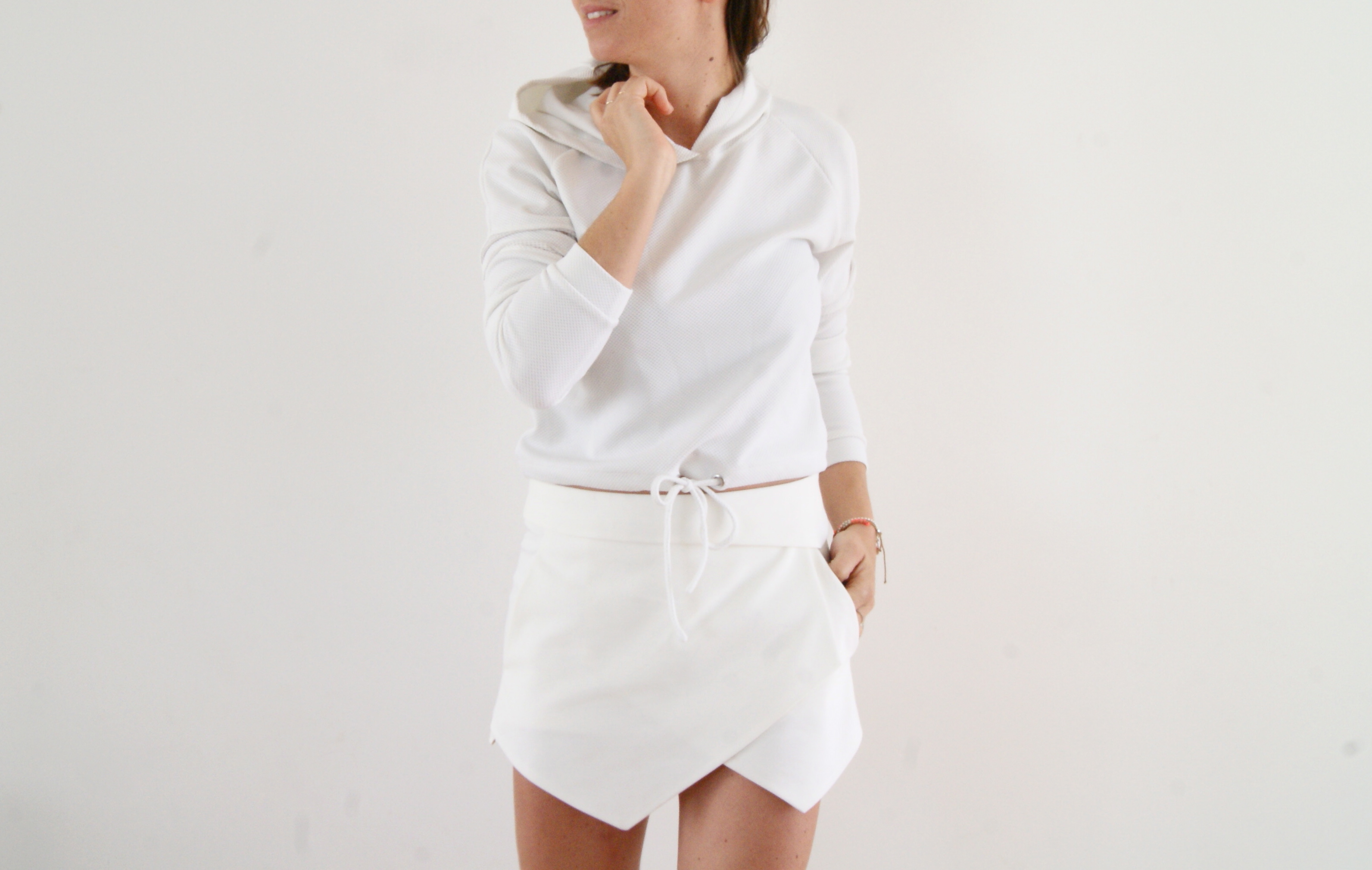 pull blanc capuche