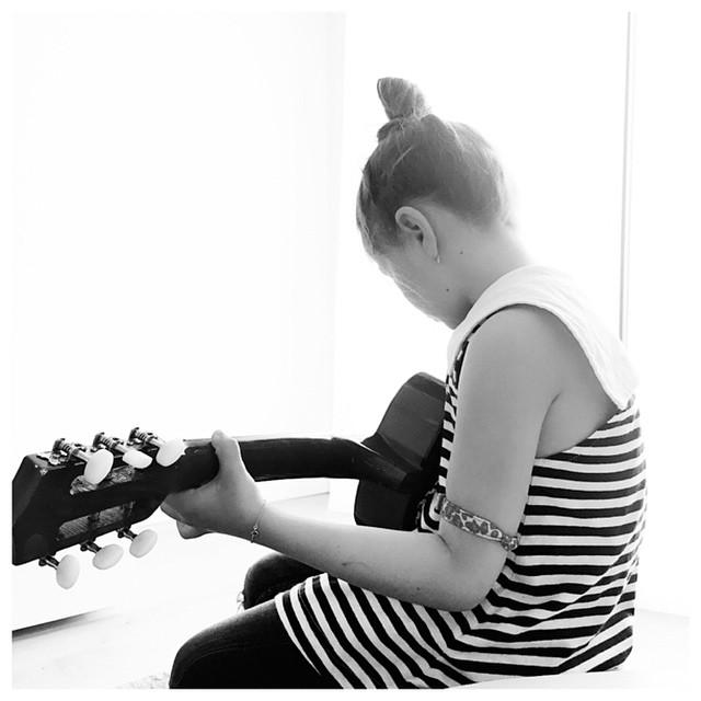 La petite guitare maellemalau kids guitare